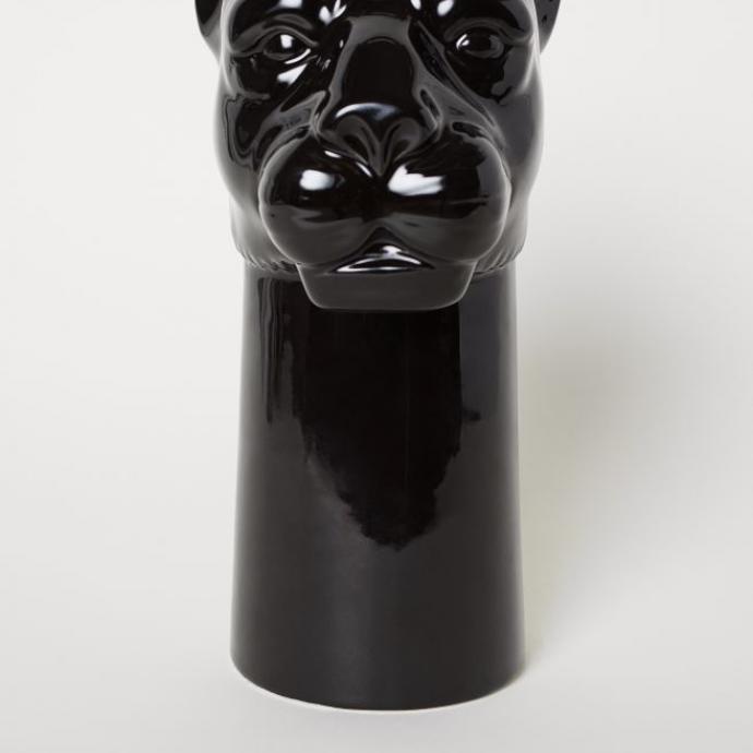 """Vase en gr&egrave;s, 29,99&euro;.&nbsp;<em>Disponible <a href=""""https://www2.hm.com/fr_be/productpage.0641942001.html"""" target=""""_blank"""">ici</a>.</em>"""
