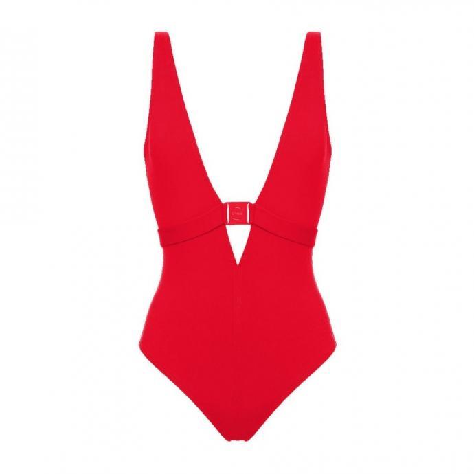 """<em>Le Une pi&egrave;ce au d&eacute;collet&eacute; plongeant, Eres, 430 &euro;, &agrave; shopper <a href=""""https://www.eresparis.com/eu/fr/012119.html?dwvar_012119_color=00933"""" target=""""_blank"""">ici</a>.</em>"""