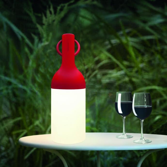 <strong>Sans fil avec autonomie de 32 h et charge de 3 h</strong>, lampe Gople en aluminium, verre et m&eacute;thacrylate utilisable sous abri avec variateur d&rsquo;intensit&eacute; &agrave; 3 niveaux, ( H 26,7 x &Oslash; 13 cm), 250 &euro;, cr&eacute;ation Big pour Artemide chez LightOnline (artemide.com et lightonline.fr).