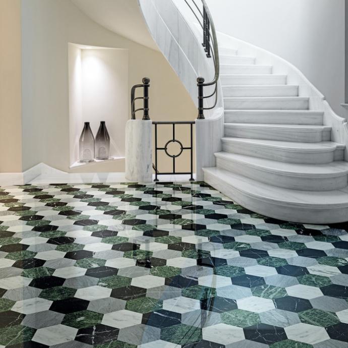 <em>Dalles hexagonales fa&ccedil;on tomettes en marbre Laurentina Foresta chez Bisazza.</em>