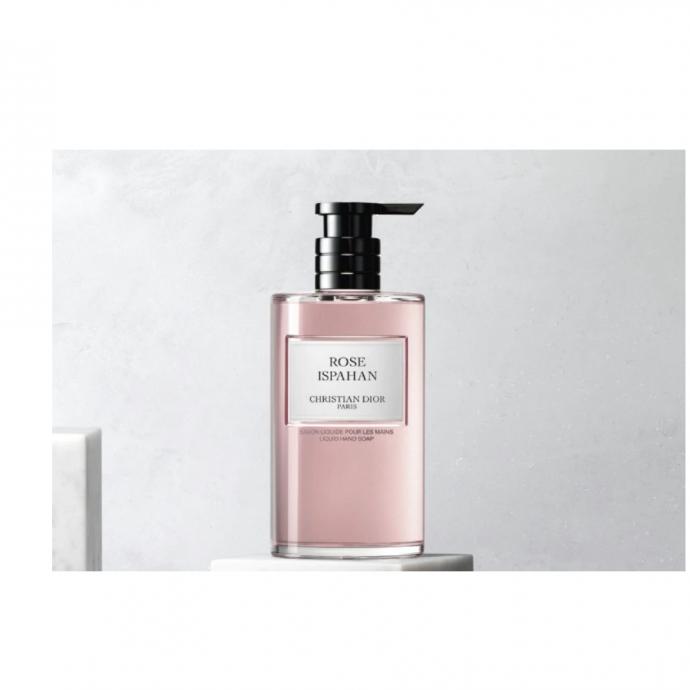 """<strong>Savon liquide &agrave; la rose ispahan, Dior, 350 ml, 50 &euro; - </strong>Le savon main de Dior lib&egrave;re une mousse g&eacute;n&eacute;reuse et laisse un parfum d&eacute;licat sur la peau tout en procurant confort et douceur &agrave; vos mains. <a href=""""https://www.dior.com/fr_be/products/beauty-Y0996141_C099600141-rose-ispahan-savon-liquide-pour-les-mains?gclid=Cj0KCQjwsYb0BRCOARIsAHbLPhHPa_iZBDhLfHda_Xn_5cu0kd1ypzSuaglb103G5--WcZp0lbtFuPQaAuIwEALw_wcB"""" target=""""_blank"""">Retrouvez-le ici</a>.&nbsp;"""