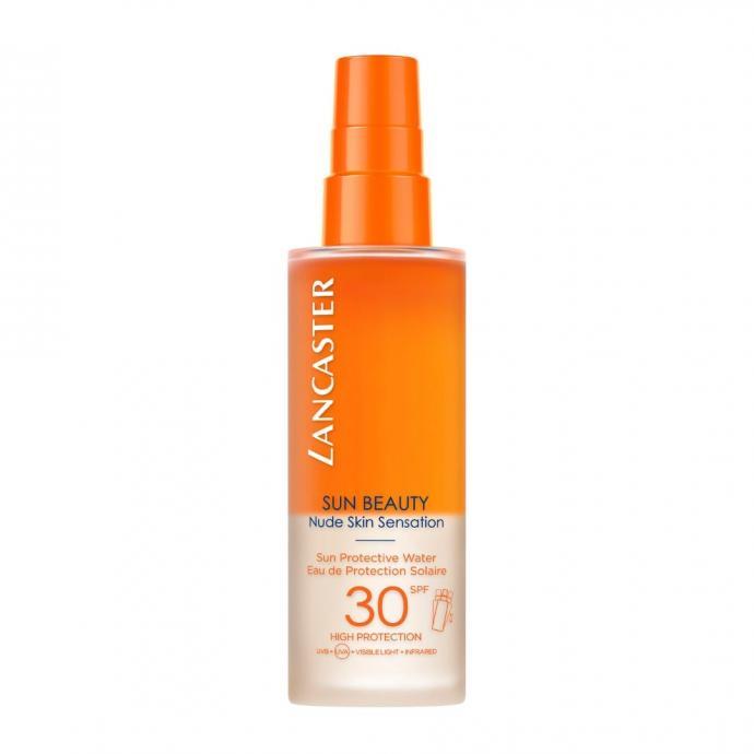 <strong>Eau de protection solaire SPF 30 ou 50, Lancaster, 150 ml, 35 &euro;</strong> - Gr&acirc;ce &agrave; sa formule bi-phas&eacute;e, cette eau de protection ne laisse aucun film gras ou collant sur la peau, seulement une agr&eacute;able sensation de fra&icirc;cheur. Elle prot&egrave;ge des rayons UVB et UVA tout en favorisant la diffussion de la m&eacute;lanine dans la peau.&nbsp;