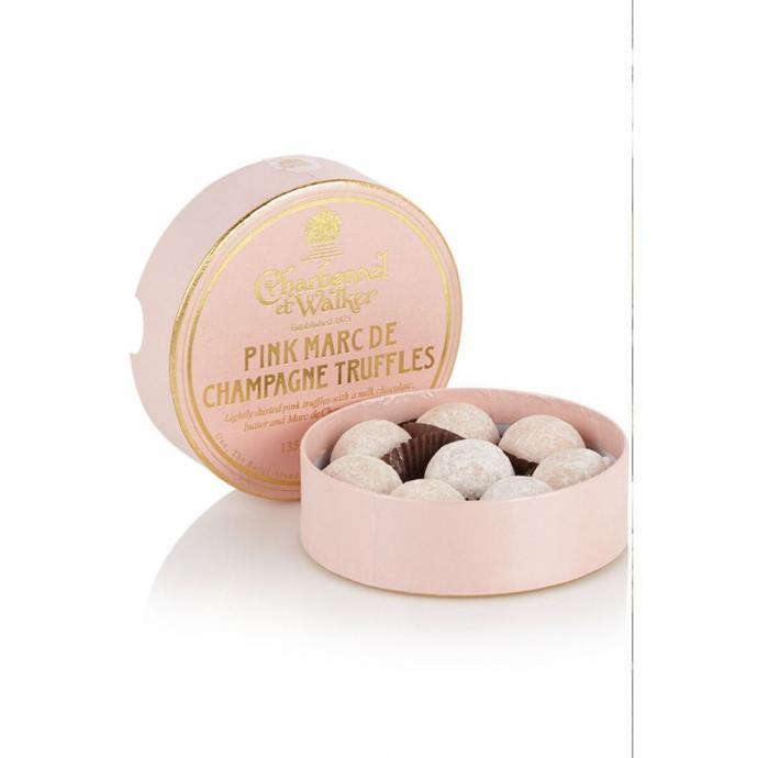 "Des truffes au chocolat rose au c&oelig;ur de champagne, de Bijenkorf, 15,95 &euro;.&nbsp;<a href=""https://www.debijenkorf.be/charbonnel-et-walker-pink-marc-de-champagne-chocolade-truffels-8-stuks-7303090677-730309067700000"" target=""_blank"">Disponible ici.&nbsp;</a>"