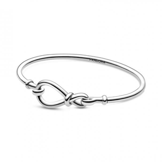 """Un bracelet en argent, Pandora, 69 &euro;. <a href=""""https://www.pandora.net/fr-be/products/bracelets/silver/590509cz?awc=13631_1588584170_afde296c08d4b171c8be6f6583f199dd&amp;cid=affi:ge:e:de-de:::awin::te:"""" target=""""_blank"""">Disponible ici</a>.&nbsp;"""