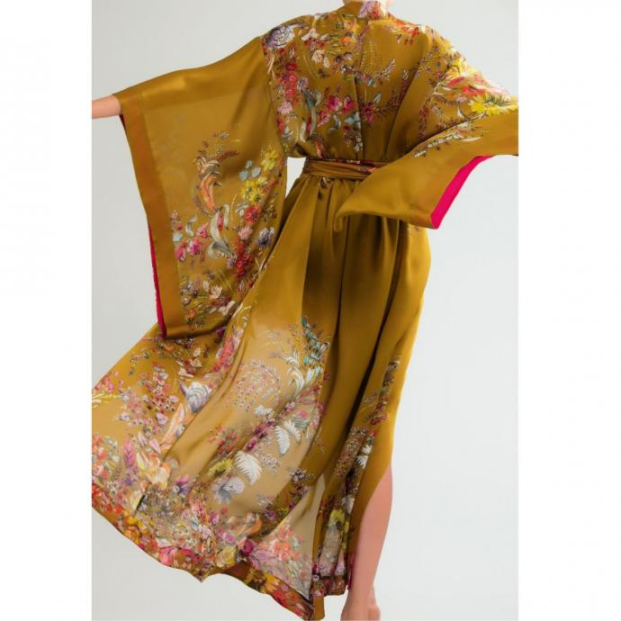"Un kimono long en soie satin l&eacute;g&egrave;re, Carine Gilson,&nbsp;1890 &euro;.&nbsp;&nbsp;<a href=""https://carinegilson.com/fr/boutique/kimono-long-en-soie-satin-legere-3/"" target=""_blank"">Disponible ici.</a>&nbsp;"