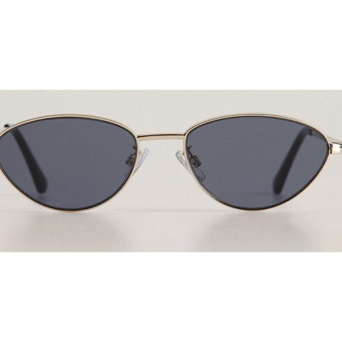 """Lunettes de soleil m&eacute;talliques, Mango, 15,99 &euro;, <a href=""""http://https://shop.mango.com/be/femme/lunette-de-soleil/lunettes-de-soleil-metalliques_67057878.html"""" target=""""_blank"""">disponible ici</a>.&nbsp;"""