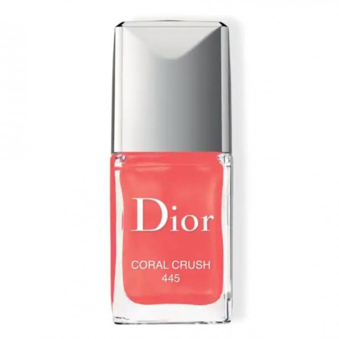"<em>Vernis &agrave; ongles corail, Dior, disponible <a href=""https://www.sephora.fr/p/dior-vernis-P2959019.html"" target=""_blank"">ici.</a>&nbsp;</em>"