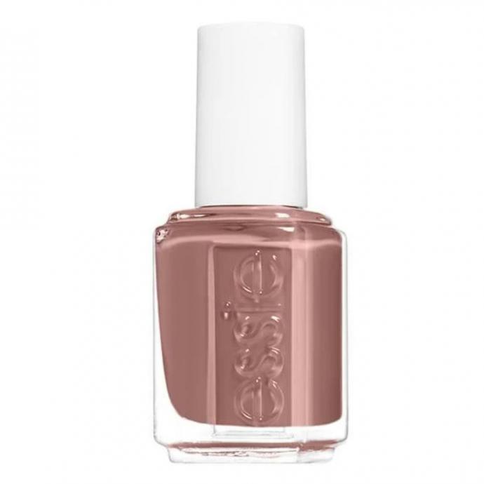 "<em>Vernis &agrave; ongles, couleur brun ros&eacute;, Essie, disponible<a href=""https://www.essie.com/nail-polish/enamel/nudes/clothing-optional"" target=""_blank""> ici.</a></em>"
