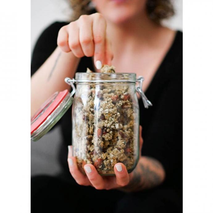 """Un granola aux amandes et noisettes. <em>D&eacute;couvrez la recette <a href=""""https://www.bonjourdarling.com/minute-granola/"""" target=""""_blank"""">ici.</a></em>"""