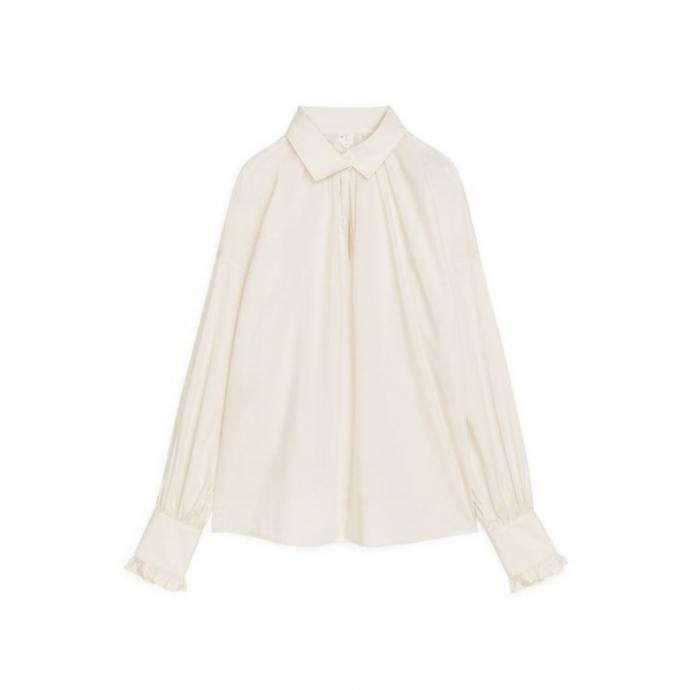 "Chemise blanc cass&eacute;, Arket, 79 &euro;, disponible <a href=""https://www.arket.com/en_eur/women/shirts-blouses/product.gathered-poplin-blouse-white.0929497003.html"" target=""_blank"">ici.</a>&nbsp;"