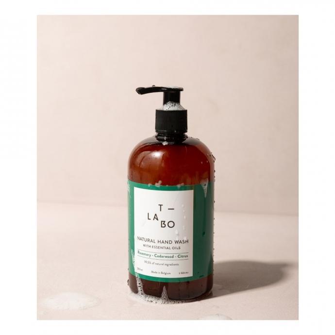 Un gel lavant doux aux huiles essentielles de citrus, de romarin et de cèdre, T-Labo, disponible en pharmacie mais également sur le site skinbio.be à partir de 19,5€.