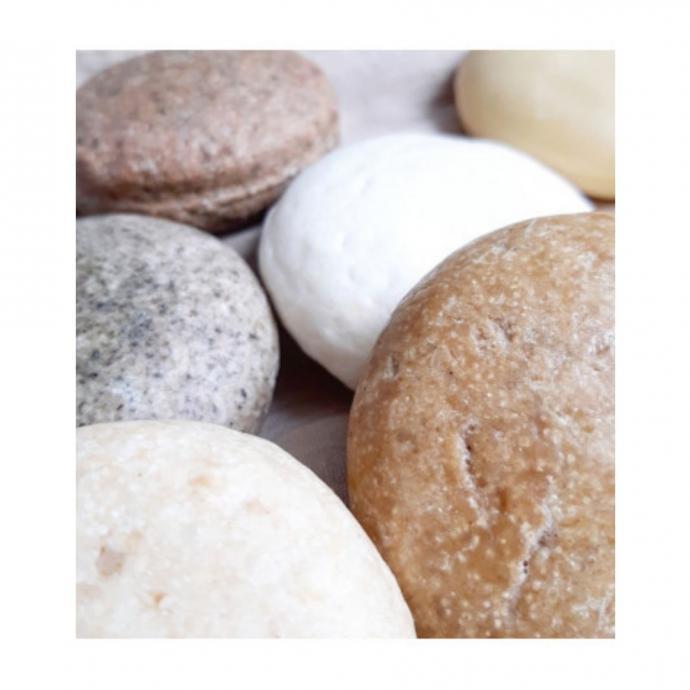 """En cas de chute de cheveux, essayez le Shampooing &nbsp;Solide Stimulant sign&eacute; Les Savons de Joya. Ses actifs stimulent le cuir chevelu.&nbsp;<br />Prix : 8,50 &euro;<br /><em><a href=""""http://www.lessavonsdejoya.com"""">www.lessavonsdejoya.com</a></em><br />&nbsp;"""