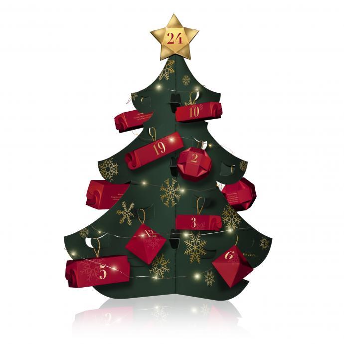 Décomptez les jours jusqu'à Noël grâce à ce joli calendrier de l'Avent. Parmi les 24 cadeaux se cachent quatre petites bougies en édition limitée. L'idée étant d'allumer une bougie à chaque début de semaine en attendant Noël pour que le jour J, vos bougies brillent de mille feux. On aime particulièrement l'esthétique de ce calendrier en forme de sapin qui viendra décorer notre intérieur.