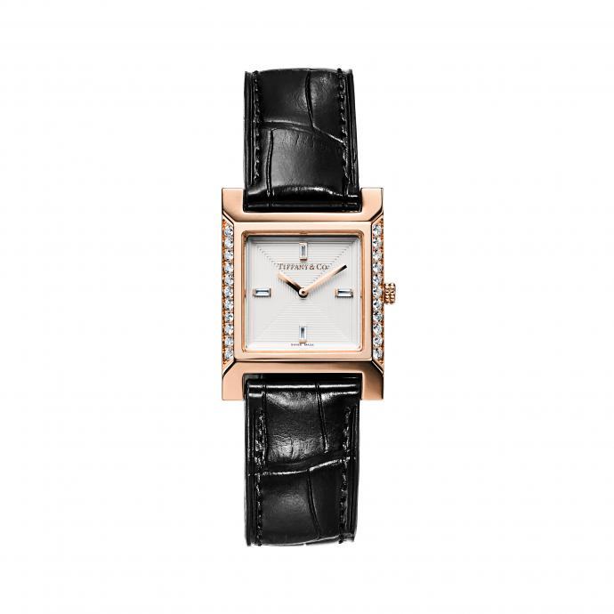 Boîtier en or rose 22 x 22 mm serti de diamants, cadran blanc orné d'index en diamant taille baguette, bracelet en alligator noir. Prix : 10.600 €