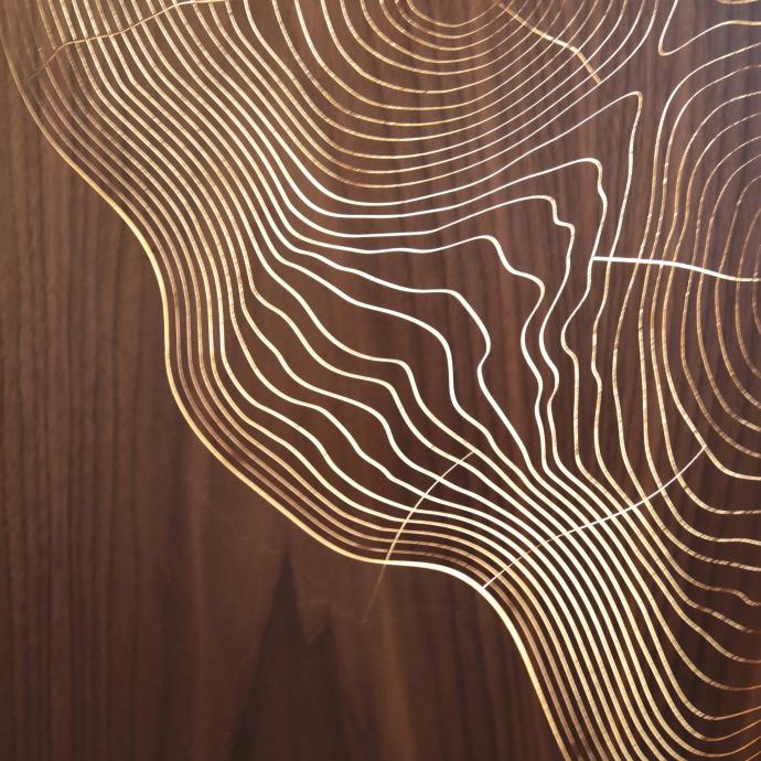 Donner du mouvement au bois, tel est le d&eacute;fi relev&eacute; par Steven Lepriz&eacute;, qui a eu l&rsquo;id&eacute;e d&rsquo;insuffler de l&rsquo;air dans la partie sup&eacute;rieure des stratifi&eacute;s en bois pour dessiner des d&eacute;cors g&eacute;om&eacute;triques en relief qui s&rsquo;assemblent en panneaux sur des surfaces verticales et peuvent &ecirc;tre &eacute;clair&eacute;s. Concept <em>Airwood</em>, bois coll&eacute; sur base de film caoutchouc dont la surface varie par injection d&rsquo;air. Cr&eacute;ation ARCA &Eacute;b&eacute;nisterie.