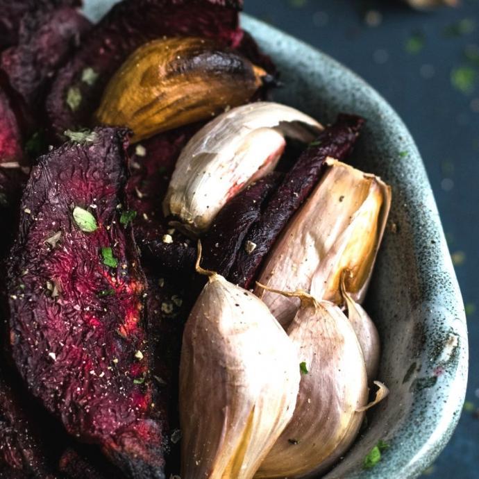 """<strong>Ingr&eacute;dients :</strong> 2 grosses betteraves - ciboulette - 1 pinc&eacute;e de sel - baies roses et fleur de sel - 2 c&agrave;s d&#39;huile d&#39;olive.<em><b>Retrouvez la recette compl&egrave;te <a href=""""https://www.cuisineaz.com/recettes/chips-de-betterave-au-four-80639.aspx"""" target=""""_blank"""">ici</a>.&nbsp;</b></em>"""