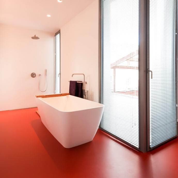<em>Sol en r&eacute;sine coul&eacute; pour salle de bains (finition Mellow, gamme de 41 teintes possibles) chez Liquid floors.</em>