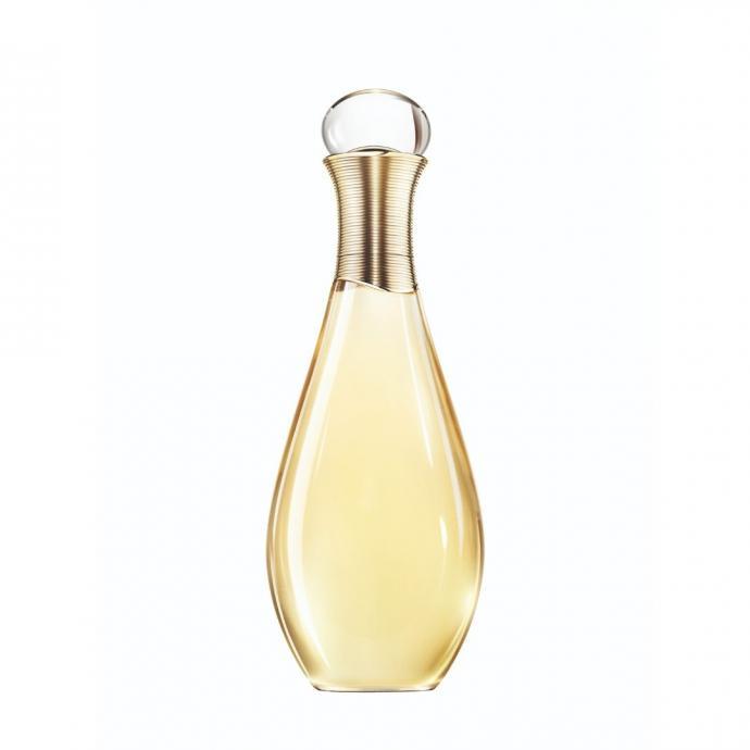 """Une huile de Douche &amp; Bain, j&rsquo;Adore de Dior, 52,99 euros, 200 ml. <a href=""""https://www.dior.com/fr_be/products/beauty-Y0996395-jadore-huile-de-douche-et-bain"""" target=""""_blank"""">Disponible ici.&nbsp;</a>"""