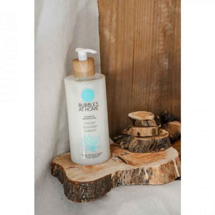 """<em>Pour assurer une bonne hydratation du cuir chevelu et renforcer les cheveux, les shampoings Bubbles at home compos&eacute; de min&eacute;raux de la mer Morte, 23,95 &euro;, disponible <a href=""""https://bubblesathome.be/fr"""" target=""""_blank"""">ici</a>. &nbsp;</em>"""