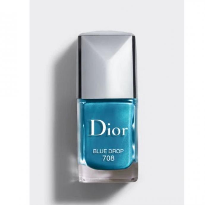 "<em>Vernis &agrave; ongles, couleur bleu turquoise, Dior, disponible <a href=""https://www.dior.com/fr_be/products/beauty-Y0002959_F000355708-dior-vernis-vernis-haute-couleur-brillance-et-tenue-effet-gel?gclid=CjwKCAjwztL2BRATEiwAvnALcows4csVDZN9iOy4qq4ryBeOhNlcRIa4rE0RoQcLri2nKNOgZdheKRoCq-oQAvD_BwE"" target=""_blank"">ici.</a></em>"
