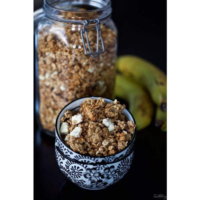 """Un granola &agrave; la banane, quinoa et chocolat blanc. <em>D&eacute;couvrez la recette <a href=""""https://blogs.cotemaison.fr/cuisine-en-scene/2018/09/24/granola-a-la-banane-cacahuete-quinoa-et-chocolat-blanc-options-sans-gluten-et-vegan/"""" target=""""_blank"""">ici.</a>&nbsp;</em>"""