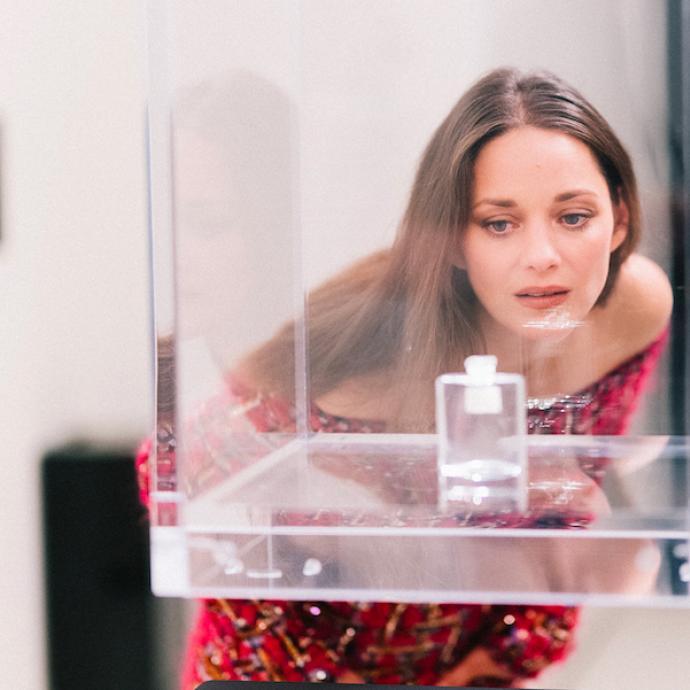 Marion Cotillardportaitune robe chic en tweed fuchsia entièrement brodée de la collection Haute Couture Automne-Hiver 2020-2021.