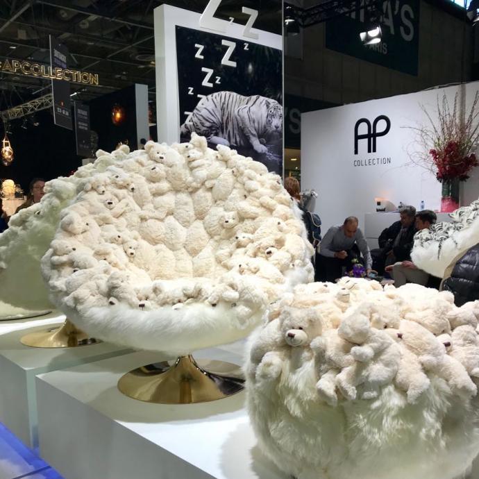Une marque belge s'amuse à créer des fauteuils avec des dizaines de peluches de tigres blancs, mais aussi, comme ici, d'ours polaires.