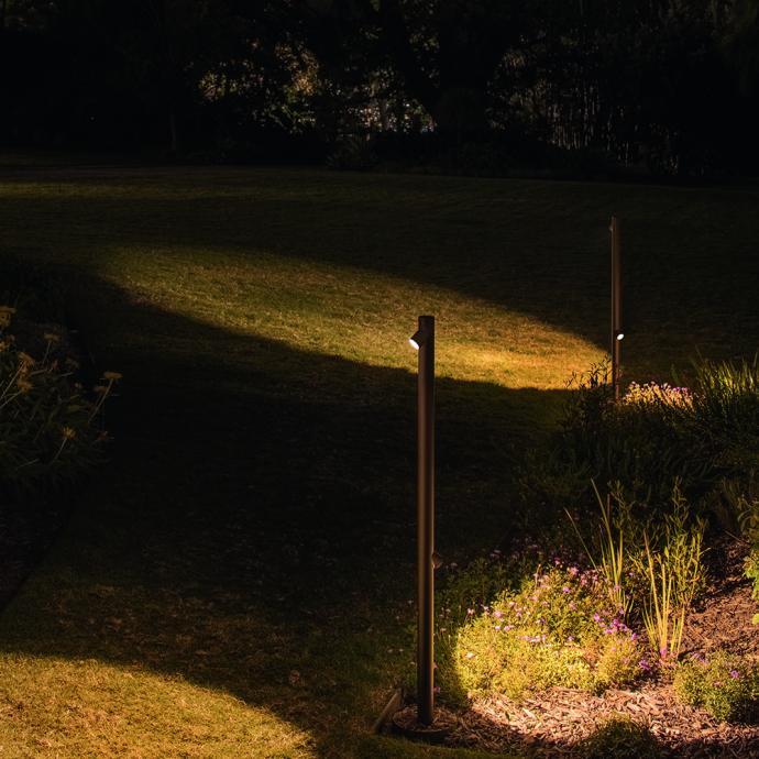 <strong>Avec tige &eacute;lanc&eacute;e parsem&eacute;e de LED</strong>, offrant un &eacute;clairage blanc chaud, lampe Bamboo en r&eacute;sine et fibre de verre, avec diffuseur en m&eacute;tacrylate, 3 couleurs (H 270 x &Oslash; 40 cm), &agrave; partir de 708 &euro;, &nbsp;cr&eacute;ation Antoni Arola et Ennic Rodriguez chez Vibia (vibia.com). Photo : &copy; Jackie Chan