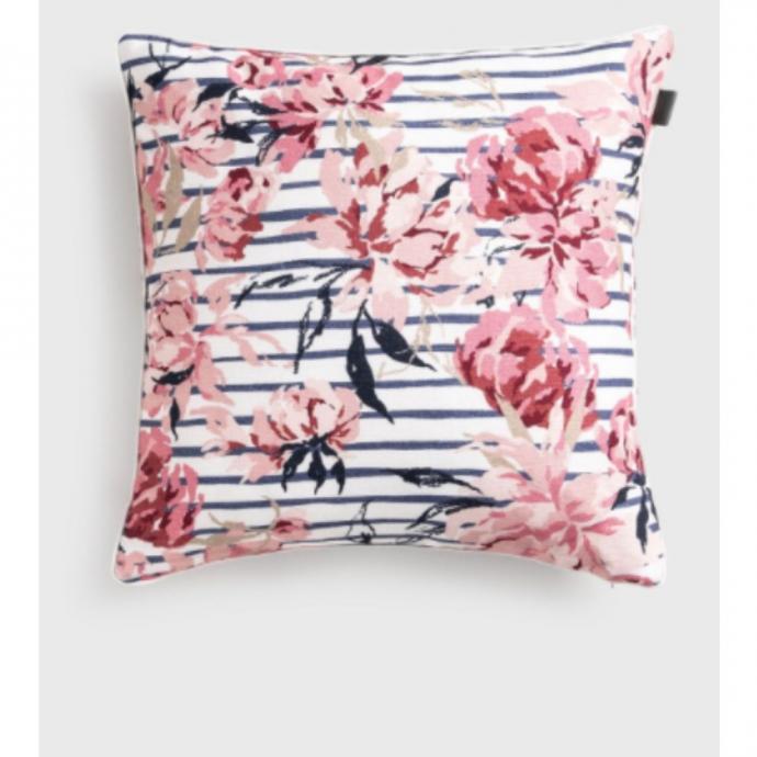 """Un coussin &agrave; imprim&eacute; floral, Gant, 59 &euro;. <a href=""""https://www.gant.be/fr_be/maison-coussins/multicolore-coussin-peony/49998"""" target=""""_blank"""">Disponible ici.</a>&nbsp;"""