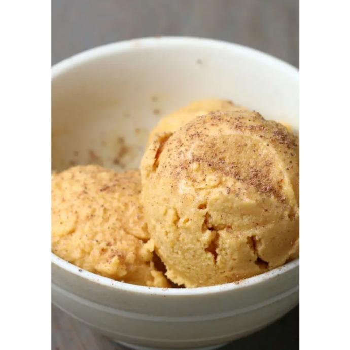 "Le yaourt glac&eacute; &agrave; la citrouille. <em>D&eacute;couvrez la recette <a href=""https://www.buzzfeed.com/joeyfiroben/this-pumpkin-spice-froyo-is-way-better-than-a-pumpkin-spice"" target=""_blank"">ici.</a>&nbsp;</em>"