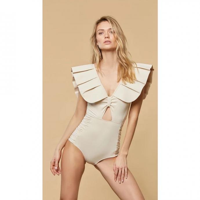 """<em>Le Une-Pi&egrave;ce couture, Mai&ocirc; Paris, 255 &euro;, &agrave; shopper <a href=""""https://www.maioparis.com/product-page/montaigne-cr%C3%A8me """" target=""""_blank"""">ici</a>.</em>"""