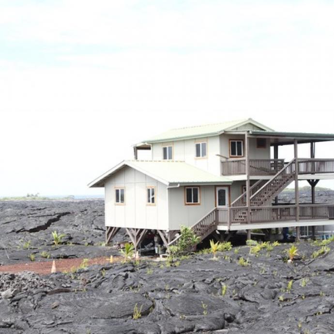<em>Les Usages du Monde, habitat sur lave, Hawai. &copy; John Sanphillippo&nbsp;</em>