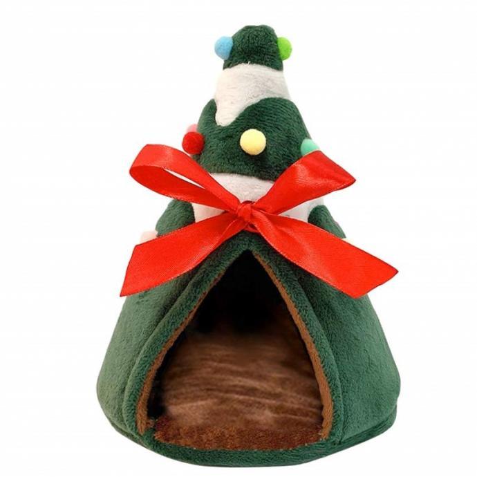 Semblable à un sapin de Noël, ce mignon cocon moelleux à souhait sera parfait pour votre petit animal cet hiver. Vous allez adorer les petits détails festifs comme le gros nœud rouge ou les boules de Noël multicolores. Vous aussi vous l'imaginez déjà sous le pied de votre grand sapin ?