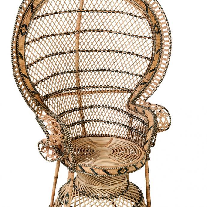 """Inspir&eacute; du tr&ocirc;ne polyn&eacute;sien, fauteuil Emmanuelle en rotin tress&eacute; fa&ccedil;on et motifs de croisillons. H 154 x L 110 x P 70 cm. 835 &euro;, chez Kok maison (<a href=""""http://kokmaison.com"""" target=""""_blank"""">kokmaison.com</a>). &copy; Kok maison"""