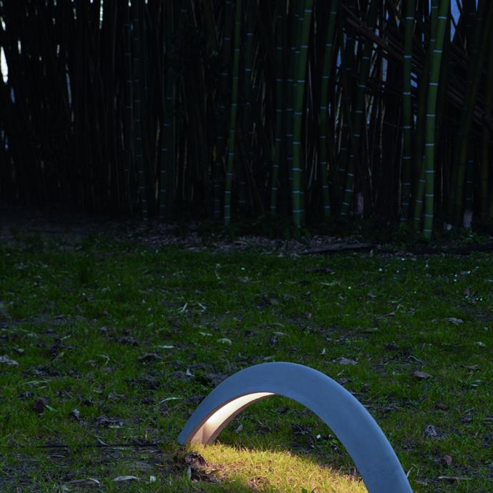 <strong>A fixer au sol, lampe Pont en b&eacute;ton haute r&eacute;sistance et imperm&eacute;abilis</strong>&eacute;, &eacute;quip&eacute;e de lumi&egrave;re directe LED pilotable &agrave; distance (L 114 x H 30 cm), 568 &euro;, cr&eacute;ation Marc Sadler chez Martinelli Luce (martinelliluce.it).&nbsp;