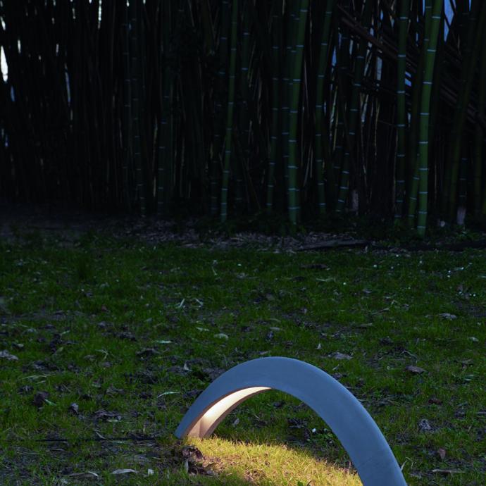 <strong>A fixer au sol, lampe Pont en b&eacute;ton haute r&eacute;sistance et imperm&eacute;abilis&eacute;</strong>, &eacute;quip&eacute;e de lumi&egrave;re directe LED pilotable &agrave; distance (L 114 x H 30 cm), 568 &euro;, cr&eacute;ation Marc Sadler chez Martinelli Luce (martinelliluce.it).&nbsp;