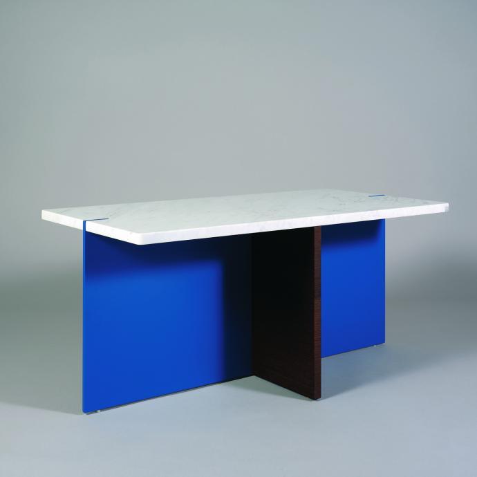 Table basse Sigur, en marbre de Carrare, bois et aluminium laqué. © Catherine Dethier