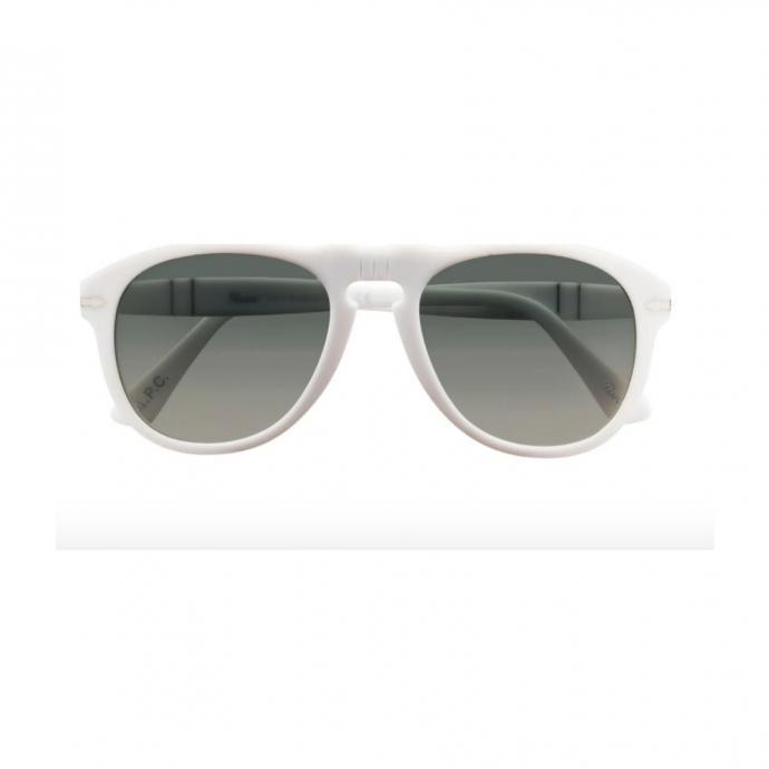 "Lunettes Persol 649, A.P.C, 320 &euro;, <a href=""https://www.apc.fr/wwuk/women/lunettes/persol-649-sunglasses-acaav-m66029.html#White~TU&amp;292"" target=""_blank"">disponible ici.</a>"