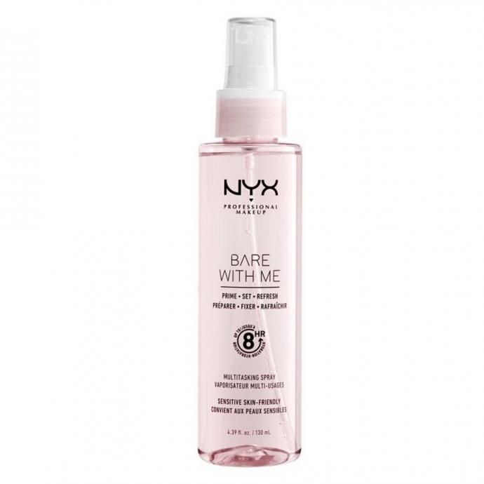 """Spray multi-usages, NYX, 11,40 &euro; chez Di. Il s&rsquo;utilise comme base avant le maquillage, apr&egrave;s pour l&rsquo;unifier, ou tout au long de la journ&eacute;e pour rafraichir le visage. Gr&acirc;ce &agrave; ses extraits d&rsquo;aloe vera et de concombre, il permet &eacute;galement de nourrir et d&rsquo;hydrater la peau en profondeur. <em>A shopper <a href=""""https://www.di.be/fr/p/fixateur-nyx-professional-make-up-bare-with-me-vaporisateur-multi-usages-40044959.html"""" target=""""_blank"""">ici.</a></em>"""