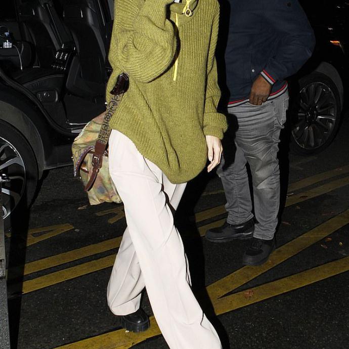 7. Quelques semaines après la photo de Gigi en Valentine Witmeur Lab, sa sœur Bella est repérée à Paris avec le pull Zipist. Si la marque n'est pas taguée sur la photo de la star, l'image est tout de même apparue sur sa story perso.