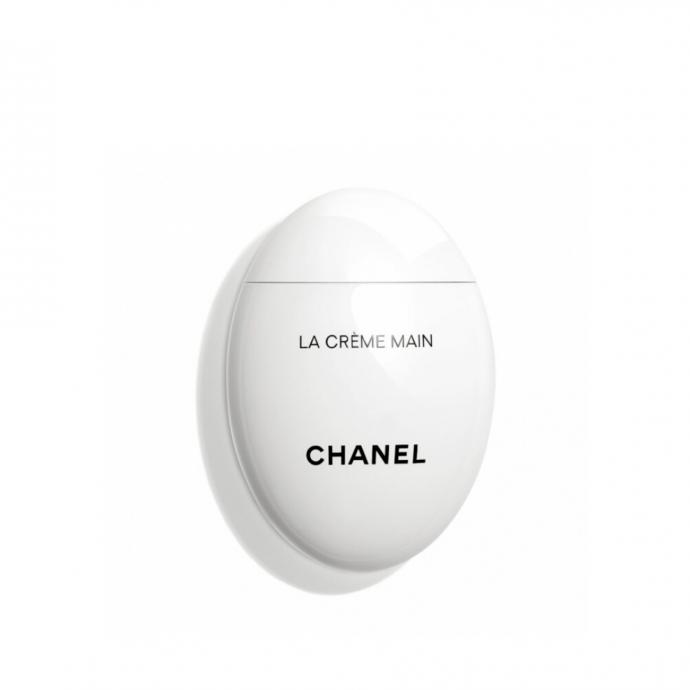 """<strong>Cr&egrave;me pour les mains, Chanel, 50 ml, 36,80 &euro; -&nbsp;</strong>Un soin complet qui hydrate, veloute et &eacute;claircit la peau. <a href=""""https://www.parfumdo.com/404480-la-creme-main-veloute-adoucit-eclaircit.html?gclid=Cj0KCQjwsYb0BRCOARIsAHbLPhFRcjRwsjpT7OdtcflxrAVKN2E84qOYTdgVR39K6tPaHvcRypVAKTQaAkL1EALw_wcB#26204-contenance-50_ml"""" target=""""_blank"""">Retrouvez-la ici.&nbsp;</a>"""
