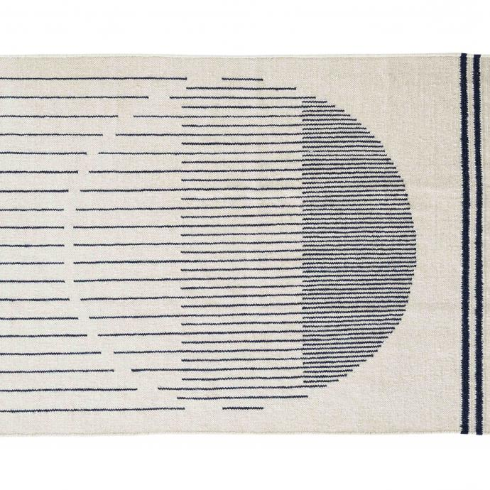 """Un noir et blanc quasi hypnotique, façon Op Art pour lesnostalgiques des années 60. Raining circle en laine et coton. Création Rikke Malling pourWoud. 699€ pour le format 170x240 cm. <a href=""""http://www.woud.dk"""">www.woud.dk</a>"""