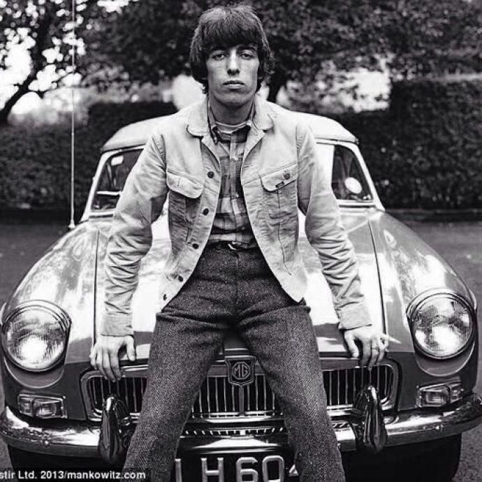 L'ancien bassiste des Rollings Stones et passionné de la marque MG, ici, installé sur une MGB de 1970.Photo : Pinterest