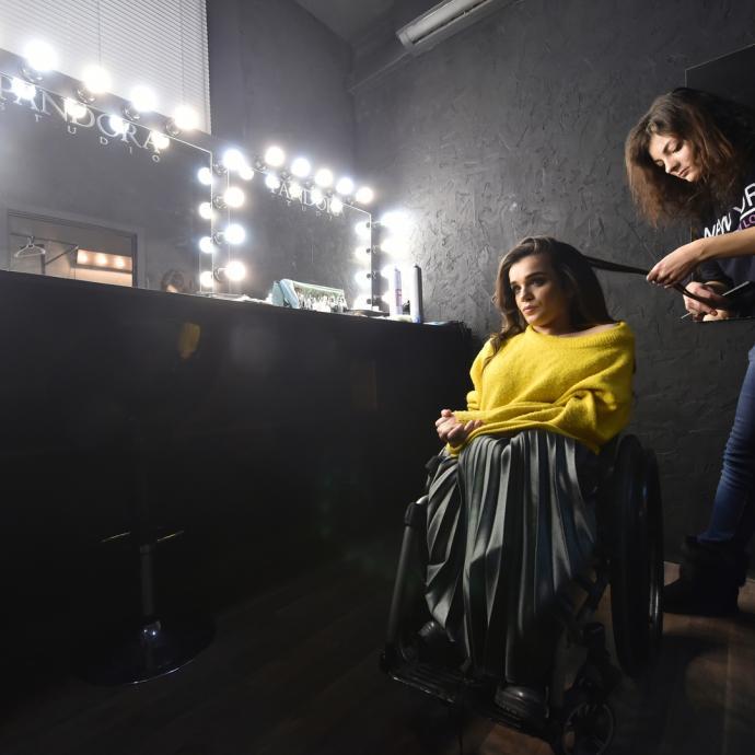 La jeune femme fut choisie en 2017 par le styliste Fiodor Vozianov pour defiler pour la Fashion Week de Kiev en Ukraine. Elle a toujours reve d'etre modele mais a toujours ete refusee par les agences. Devenue depuis conseillee du maire, elle tente d'ouvrir les portes aux personnes handicapees pour que le podium soit aussi le leur.