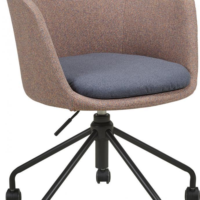 Fauteuil Roulette recouvert de tissu avec galette d&rsquo;assise, 2 couleurs. L 61 x P 58 x H 50 cm. 199 &euro;, chez Habitat.<br />&copy; Habitat