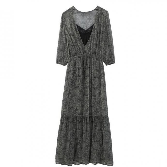 "Robe longue, IKKS, 245 &euro;, disponible <a href=""https://www.ikks.com/fr/robe-longue-cintree-en-matiere-fantaisie-metallisee/BQ30775-54.html "" target=""_blank"">ici.</a>"