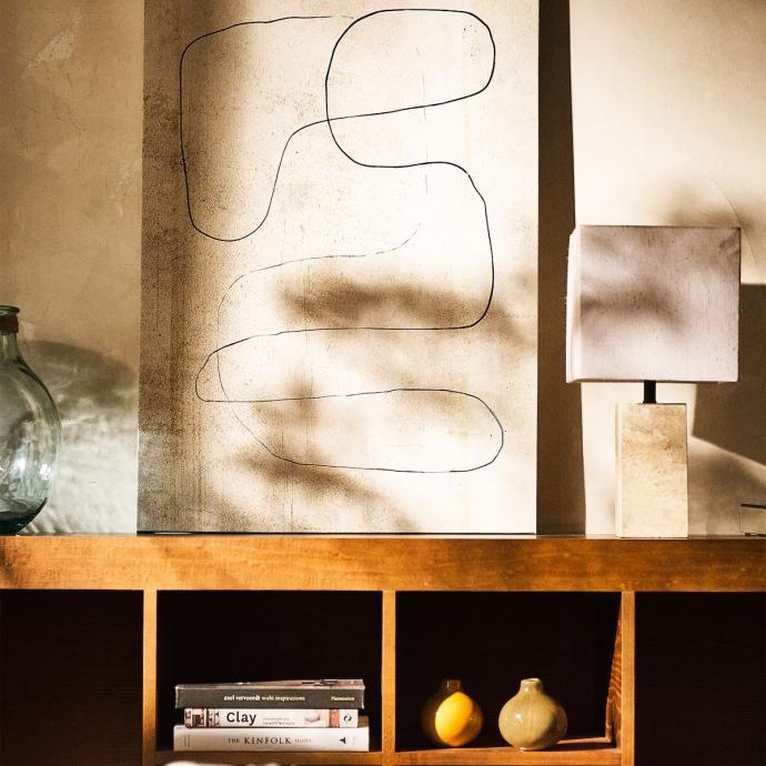 "Petite toile abstraite, 79,99&euro;. <em>Disponible <a href=""https://www.zarahome.com/be/fr/petite-toile-c0p301494800.html?srch=true"" target=""_blank"">ici</a>.</em>"