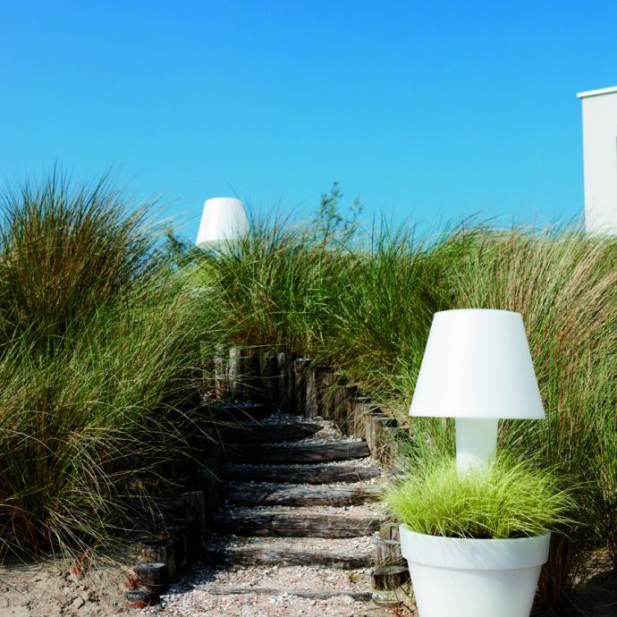<strong>Double fonction</strong>, pot avec lampe Pure twilight en plastique recycl&eacute;, fabriqu&eacute; de fa&ccedil;on durable &agrave; partir de l&rsquo;&eacute;nergie &eacute;olienne (H 113,8 x &Oslash; 50 cm), 252 &euro; chez elho (elho.com).