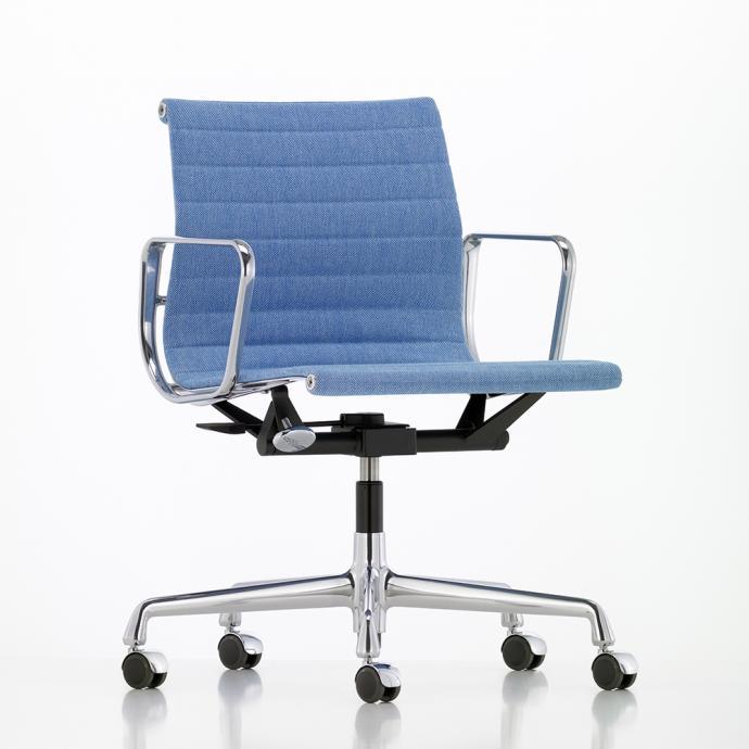 Cr&eacute;&eacute; en 1958, ce fauteuil reste une r&eacute;f&eacute;rence. Le m&eacute;canisme d&rsquo;inclinaison de l&rsquo;assise peut &ecirc;tre adapt&eacute; au poids de l&rsquo;utilisateur et son large choix de couleurs permet de l&rsquo;int&eacute;grer partout. Mod&egrave;le Aluminium Chair EA 117/118 (avec assise plus &eacute;troite)/119 (avec dossier plus haut), cr&eacute;ation Ray &amp; Charles Eames, &agrave; partir de 2 060 &euro;, en tissu et 3 121 &euro; en cuir, chez Vitra.<br />&nbsp;&copy; Vitra