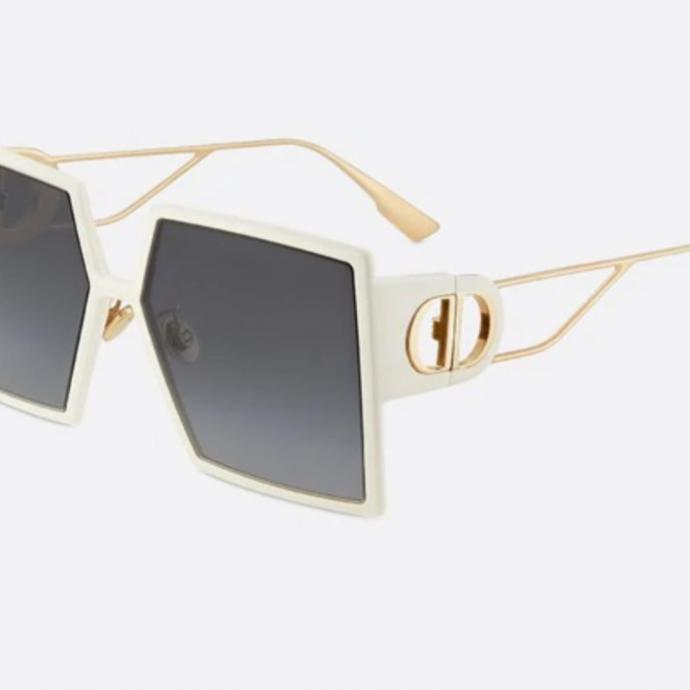 "Lunettes carr&eacute;es 30Montaigne, Dior, 390 &euro;, <a href=""https://www.dior.com/fr_be/products/couture-30MNTGN_SZJ1I-30-montaigne-lunettes-de-soleil-carrees-ivoire"" target=""_blank"">disponible ici.</a>&nbsp;"
